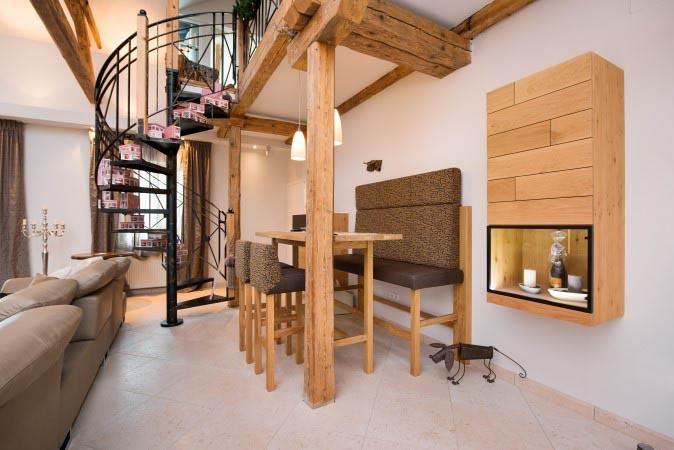 Wohnbereich mit Galerie-Wohnzimmer aus massiver Asteichemit Hochbank und Hocker;Oberfläche gebürstet undNatureffekt lackiertinkl. Tapezierarbeiten
